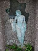 szobor egy társasház falfülkéjében