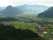 kilátás a Zillertal bejáratánál lévő Wiesing városára a Kanzelkehre teraszáról