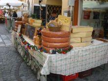 kirakodóvásár sajtos standja Melkben (Alsó-Ausztria)